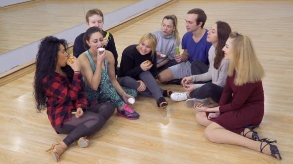 Thumbnail for Gruppe von jungen Freunden isst Snacks nacheinander