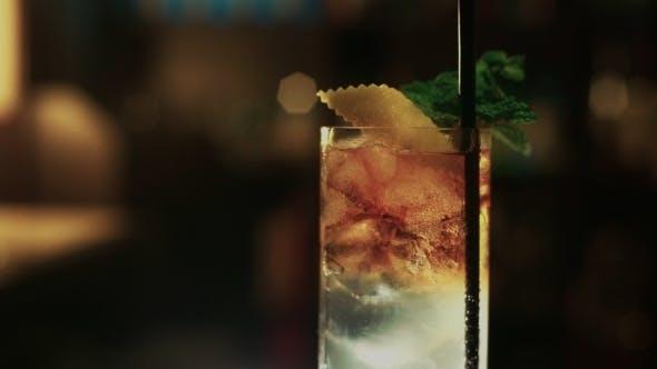 Professioneller Barkeeper bereitet Mojito Cocktail vor
