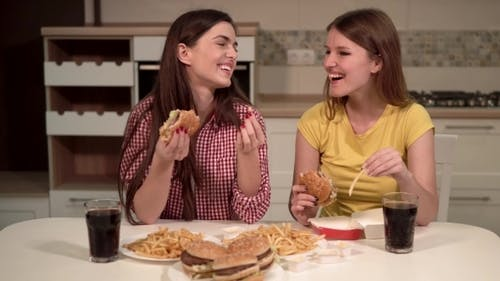 Freunde essen Fast Food