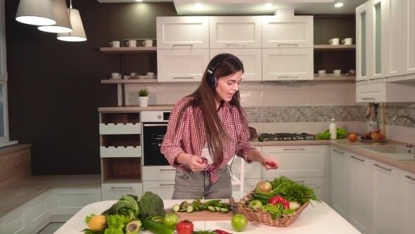 Thumbnail for Mädchen singen als Kochen