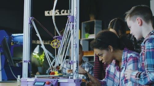 Schulkinder erkunden Technologie im Labor
