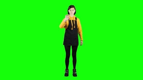 Teenager zeichnet virtuell eine Zeichnung. Grüner Bildschirm