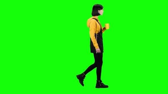 Thumbnail for Teenager trinkt Tee unterwegs