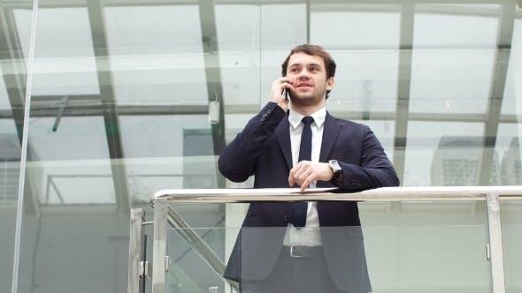 Thumbnail for Geschäftsmann Porträt. Glücklicher Geschäftsmann stehend, Lächeln, Blick auf die Kamera