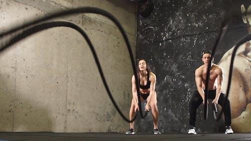 Athleten tun Cross-Training mit Seil