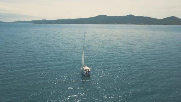 Thumbnail for Luftaufnahme von Yacht Segeln in der Nähe von schönen Inseln. Schöne Wolken im Hintergrund