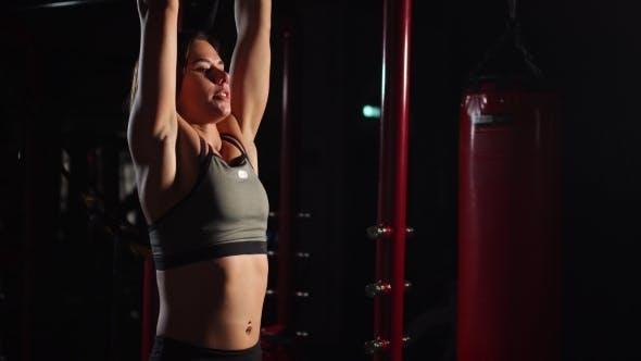 Thumbnail for Fitness Woman Durchführen Hängendes Bein hebt Übung - Eine der effektivsten Bauchübungen.