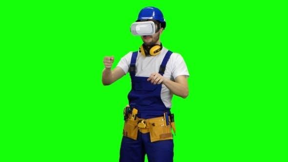 Thumbnail for Ingenieur mit Virtual Reality Brille blickt auf das Gebäude auf Green Screen