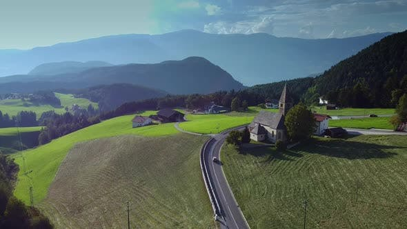 Luftbild der Sommeralpen in Italien