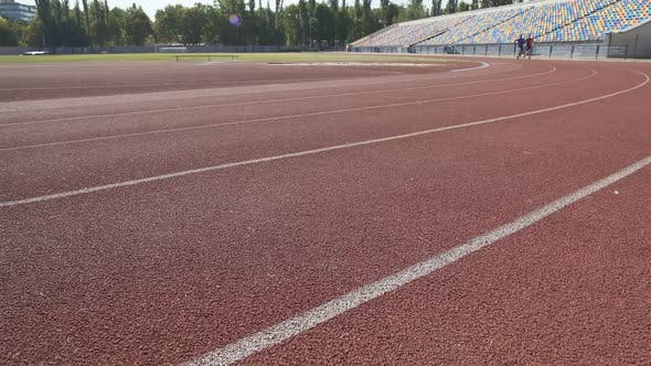 Thumbnail for Coach folgt seinem Läufer während des Rennens, kontrolliert seine Indikatoren und Atmung
