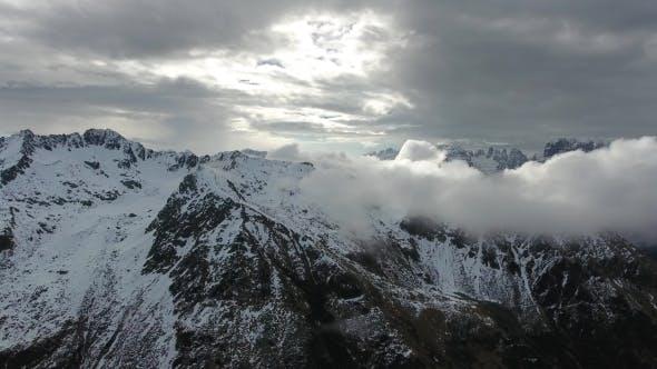 Thumbnail for Voler à travers les nuages entre les montagnes
