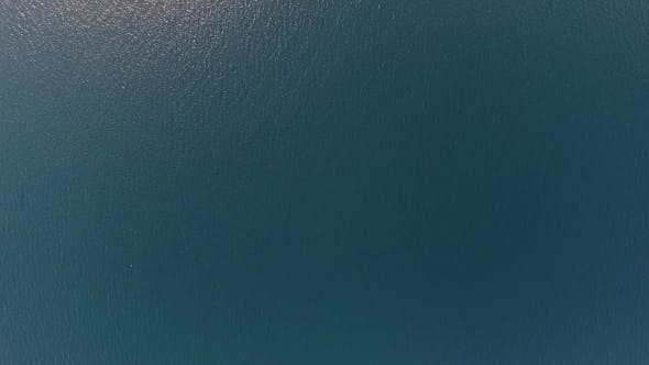 Thumbnail for Fliegen über Blue Sea Water Surface