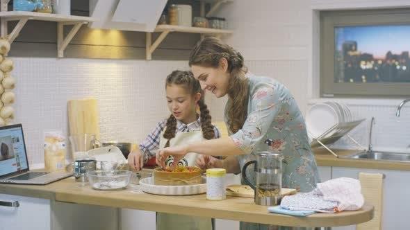 Thumbnail for Mädchen dekoriert gebackenen Kuchen und leckt süße Finger