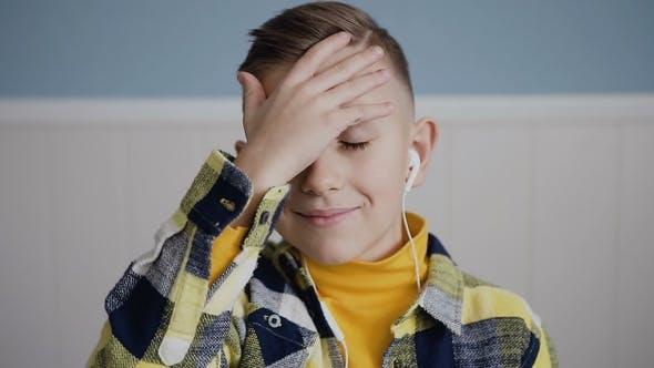 Porträt des Gesichtes des charmanten Jungen Blondine mit blauen Augen Wer die Musik hört