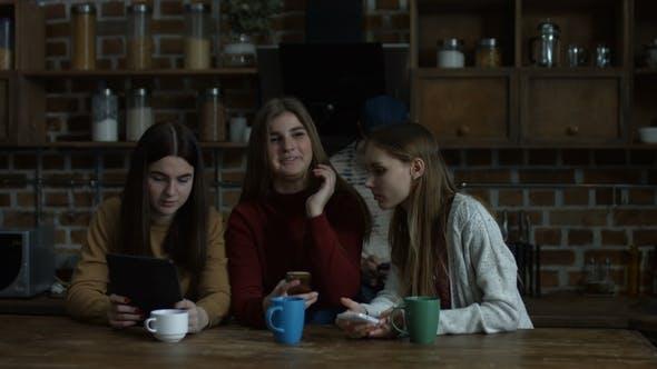 Mädchen, die moderne Technologien für die Kommunikation verwenden