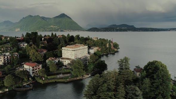 Thumbnail for Italienische Riviera Häuser Drohne Flug In Der Nähe der Berge, Italien See, Drohne Natur Flug Hootel