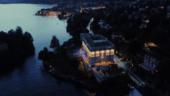 Italienische Riviera Häuser Nacht Citlights Drohne Flug In Der Nähe der Berge, Italien See, Drone Natur