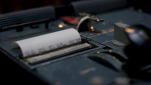 Quittung. Kassenbeleg veranschaulicht das ausgegebene Geld.einer Hände, die auf einer Kasse auf Dar zählen