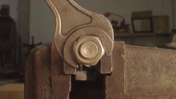 Thumbnail for Clé en fer à main dévisser le grand boulon hexagonal. Clé serrant l'écrou chromé sur le bleu