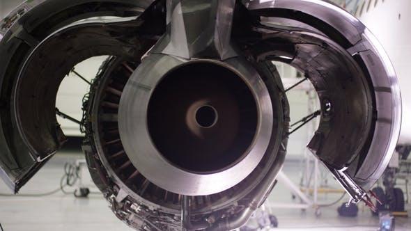 Motor des Flugzeugs unter schwerer Wartung. Flugzeugwartung, demontierter Flugzeugmotor