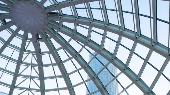 Thumbnail for Dôme en verre d'un bâtiment moderne. Vue de l'intérieur de la chambre. Construction légère