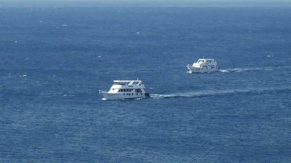 Thumbnail for Motorboote und Schiffe segeln entlang des tropischen Meeres