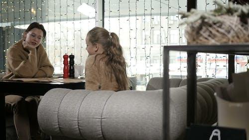 Mama und Tochter sind im Restaurant