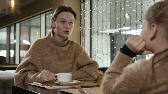 Generationen sprechen im Café