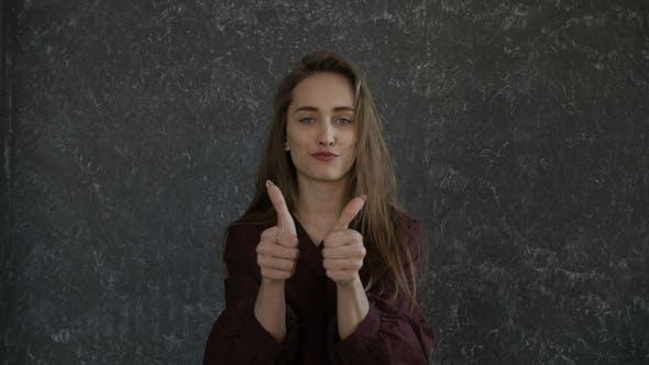 Thumbnail for Mädchen ist auf der Suche mit Daumen bis