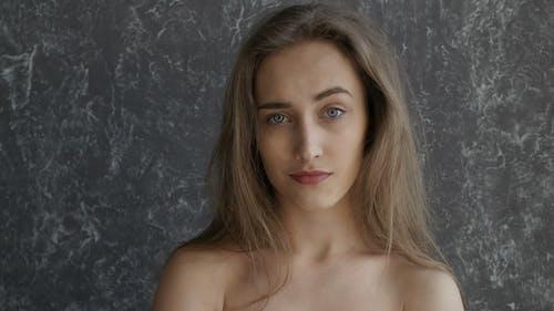 nackt hübsch Mädchen ist überrascht