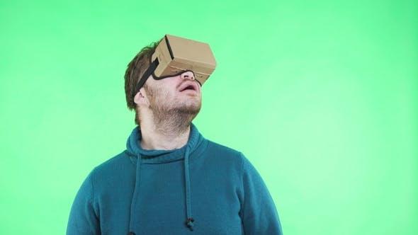 Thumbnail for Man in Vr Headset genießen Sie auf dem grünen Hintergrund