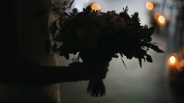 Thumbnail for Hochzeit Blumenstrauß in Braut Hände drinnen brennende Kerzen auf einem Hintergrund Braut hält schön