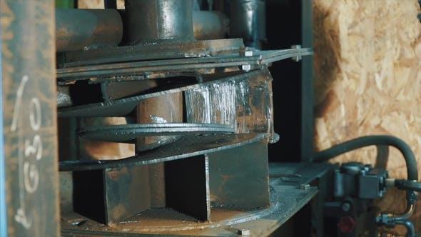 Thumbnail for Formen von Teilen von Rädern durch Presse in der Automobilfabrik. Clip. Worker befehlegt Werkzeug und