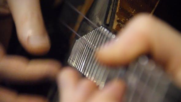 Thumbnail for Man spielt eine Balalaika,. Folk Musikinstrument Balalaika. Spiel ist auf den Saiten