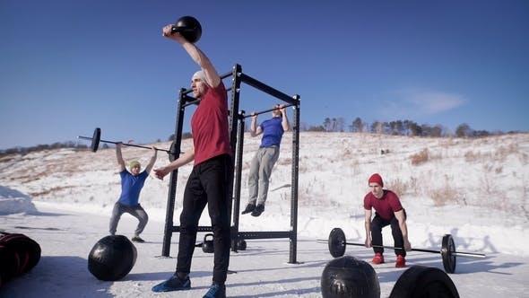 Thumbnail for Group Professional Crossfit Sportler Training auf dem offenen Feld im Winter