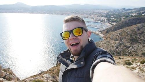 Junger Mann nimmt Reise Selfie auf Trekking Exkursion Day