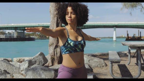 Thumbnail for zuversichtlich schwarz Mädchen Ausbildung auf Fluss Küste