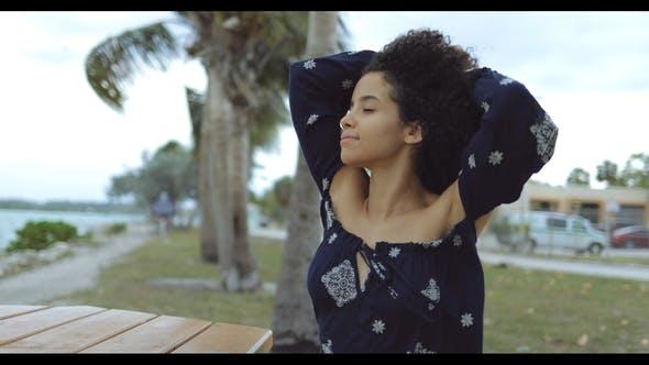 Thumbnail for Träumen Inhalt Mädchen genießen Wind auf Ufer