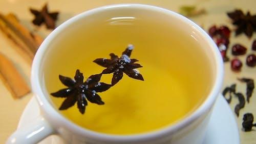 Tasse Tee mit Anis