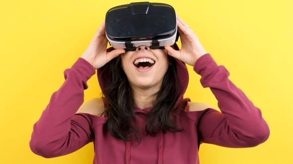 Thumbnail for Junge Frau erlebt VR-Headset-Technologie