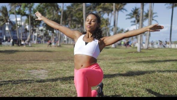 Thumbnail for entspannt schwarz Frau tun Übung in park