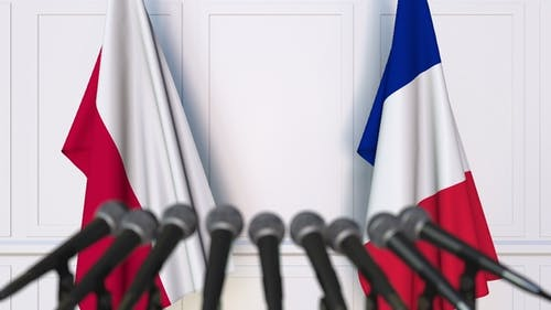 Flagge Polens und Frankreichs auf der Internationalen Pressekonferenz