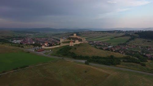 Mittelalterliche Festung umgeben von rustikalen Häusern