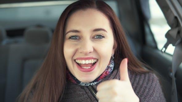 Thumbnail for Frau zeigt die Likes im Auto