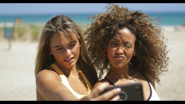 Thumbnail for Verspielt Frauen posieren für selfie am Strand
