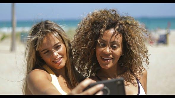 Thumbnail for Aufgeregt Sportfrauen nehmen selfie in Sonnenschein