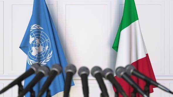 Thumbnail for Flaggen der Vereinten Nationen und Italiens auf der Internationalen Pressekonferenz