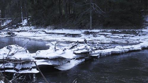 Schöne Eisblöcke blockierten den Fluss