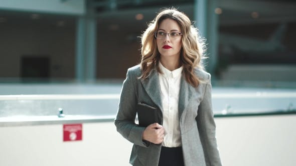 Thumbnail for Selbstbewusste Geschäftsfrau geht entlang der modernen Business Center. der Manager ist in Eile