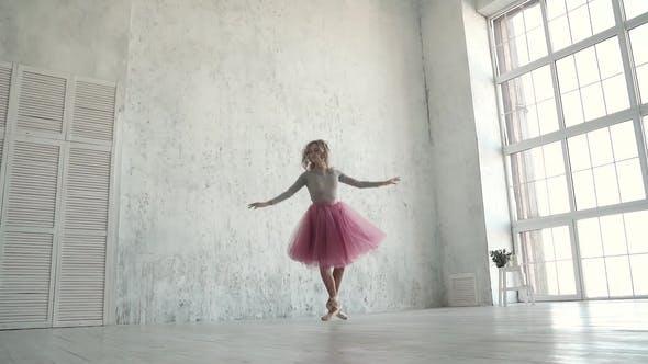 Thumbnail for Junge Balletttänzerin tanzt Klassisch Ballett. Eine Ballerina in einem klassischen Tutu und Pointe Dance auf